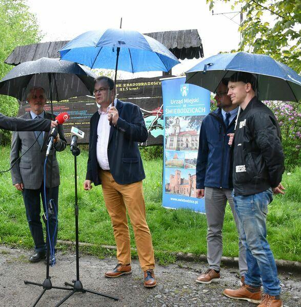 Świebodzice/Wałbrzych: Oczyszczą park